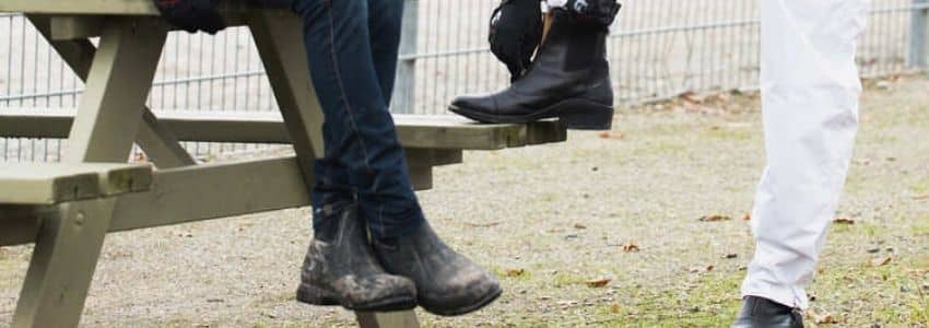 Mand og dame med korte ridestøvler