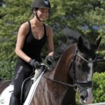 Mira rider på en brun hest