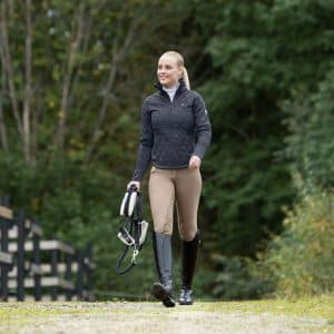 En ridejakke er designet til ridesporten og holder dig varm og tør