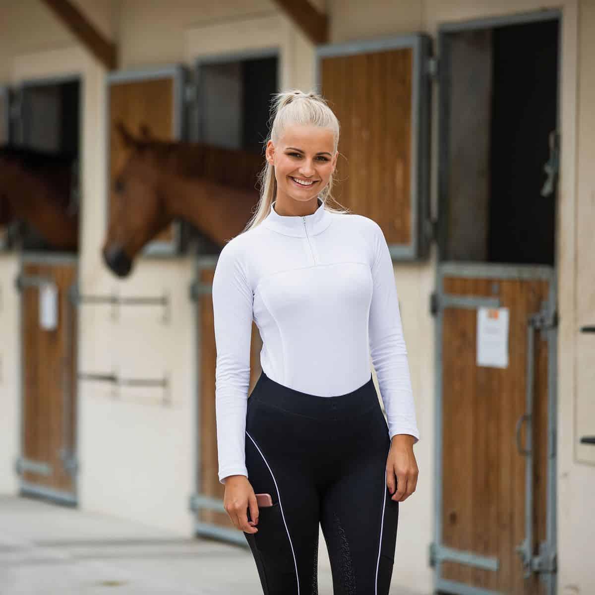 En ridetrøje er let, åndbar, fleksibel og dermed idéel til ridning