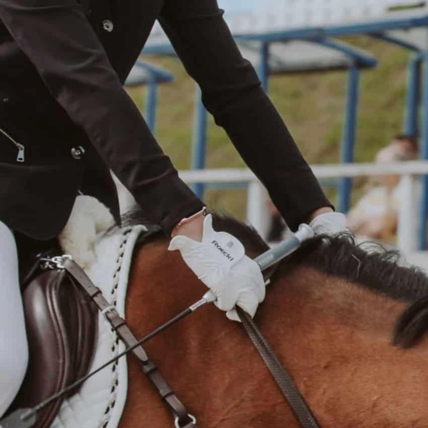 Dame iført hvide Roeckl ridehandsker