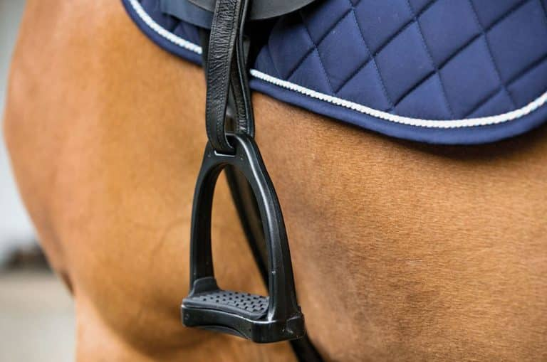 Stigbøjler på brun hest